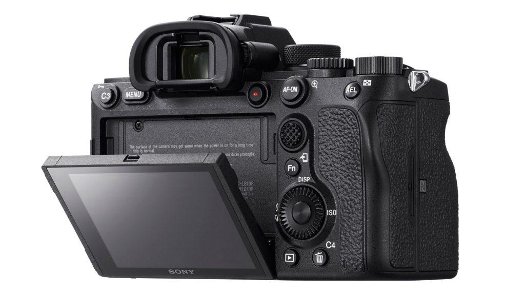 Fotocamera Sony A7R IV dal retro: sono ben visibili il mirino elettronico e lo schermo LCD che si può muovere in varie direzioni