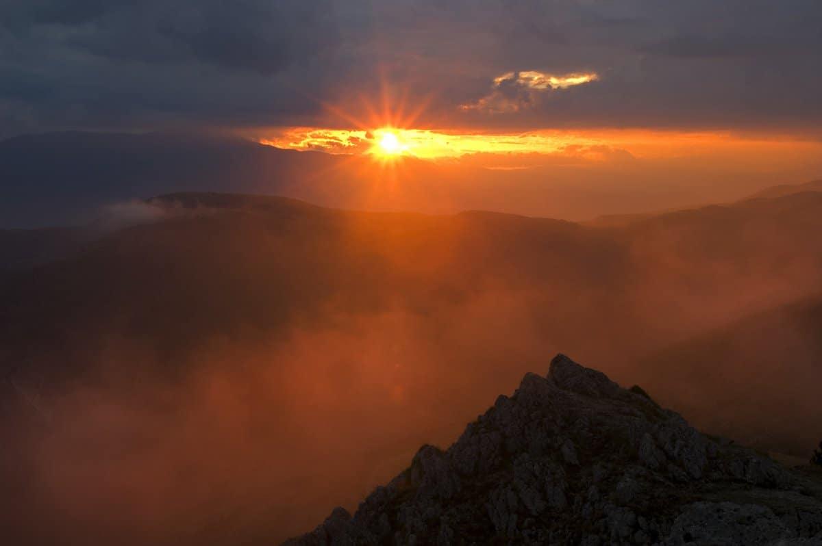 Il sole nascosto dalle nubi. Un picco in controluce che evoca la solitudine di un eremita alla scoperta del significato della vita. L'infinito (o una delle versioni di infinito) in una fotografia, secondo Marco Scataglini