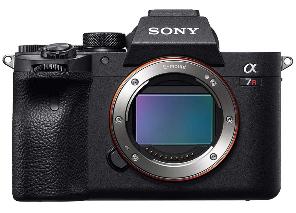 Fotocamera Sony A7R IV - body. Vista di fronte. Nota la linea squadrata ed essenziale.