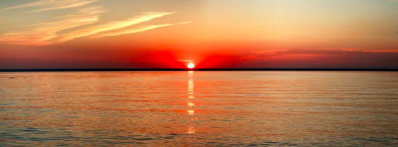 foto sole tramontando sul mare