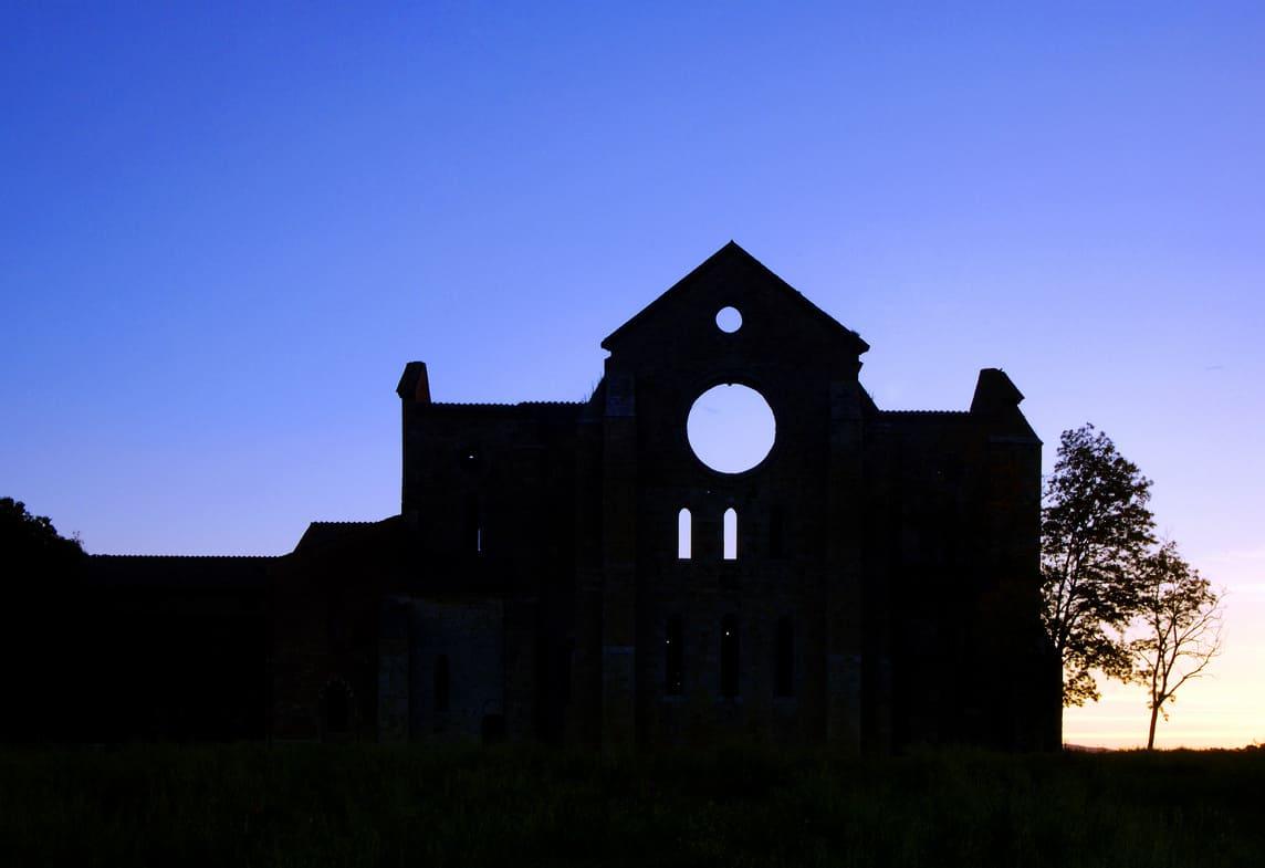 Una silhouette di una chiesa diroccata, che potrebbe essere anche il portale per un altro mondo. La porta verso l'infinito. Un'immagine fotografica di Marco Scataglini