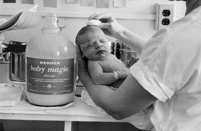 Eve Arnold ci mostra in una serie storica di immagini i primi cinque minuti di vita di un essere umano