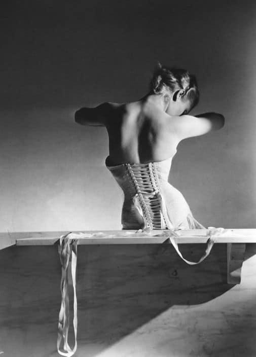 Horst P. Horst donna con corsetto