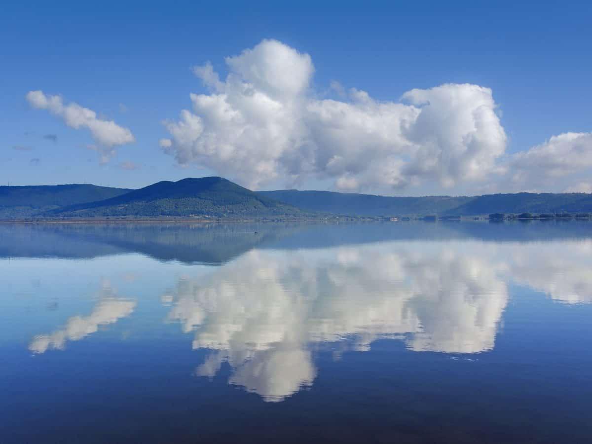 Fotografia di Marco scataglini - un riflesso di nuvole che crea un'immagine onirica