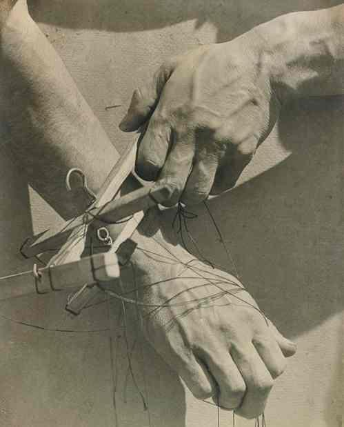 """Tina Modotti, """"Le mani del burattinaio"""""""