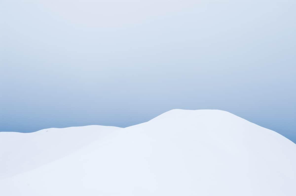 Un picco di montagna innevato, dietro non si vede cosa ci sia. Marco Scataglini te lo fa immaginare in questa bella foto che fa del mistero e del non visto il suo fascino
