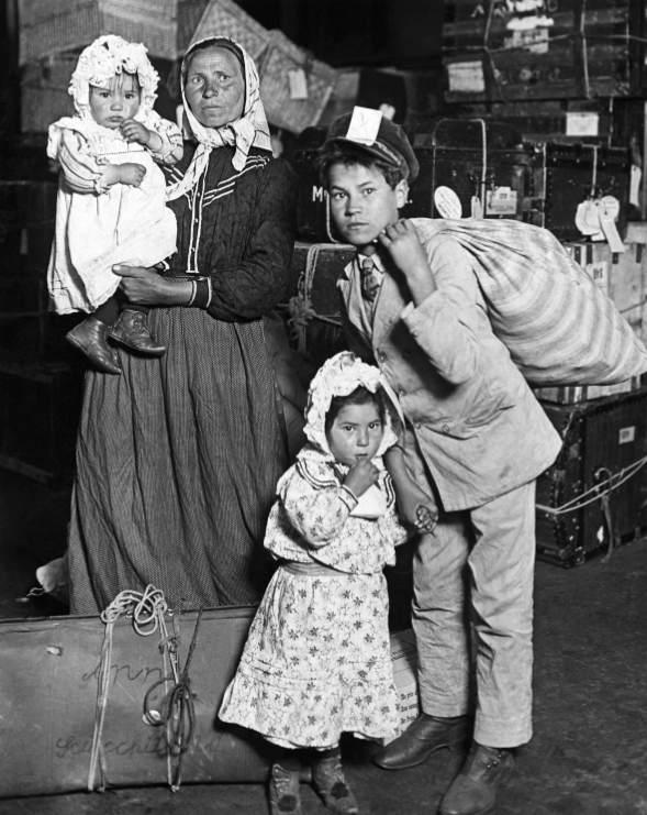 famiglia di migranti as Ellis Island