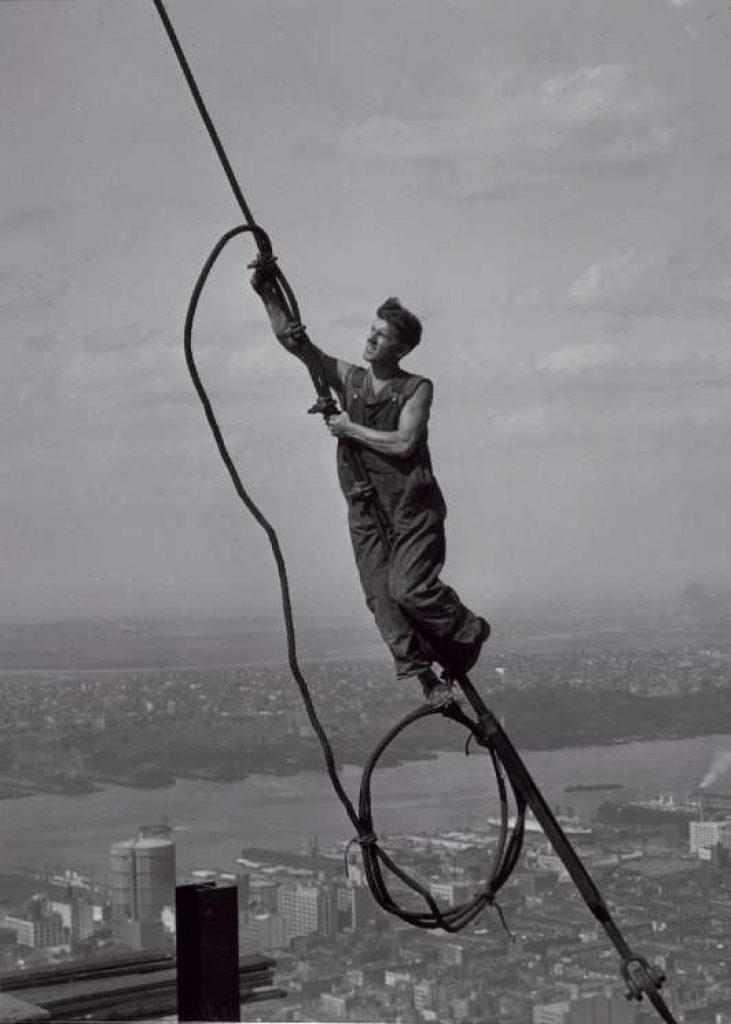 Lewis Hine: Foto di un operaio appeso a una fune durante la costruzione dell'Empire State Building