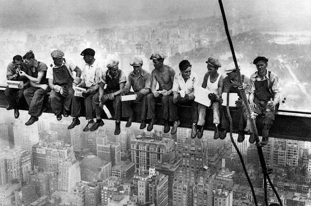 Pranzo in cima al grattacielo di operai durante la costruzione del Rockfeller center