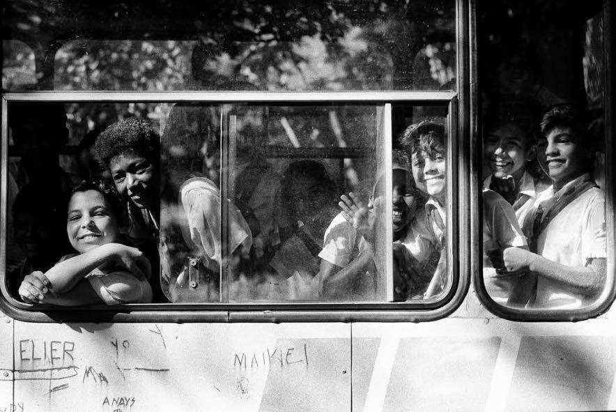 Mario Dondero - Sorrisi dall'autobus - Cuba 1992