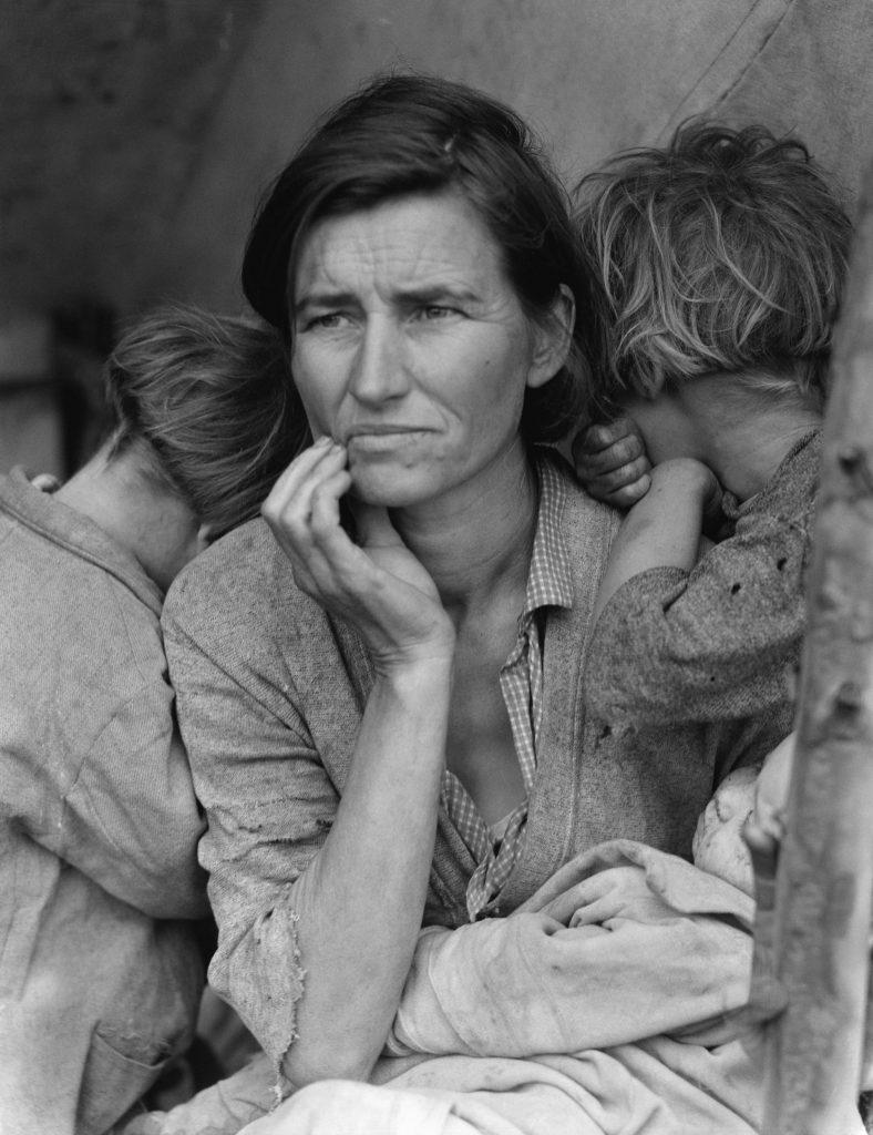 Madre Migrante: Dorothea lange ritrae una madre abbracciata i suoi figli